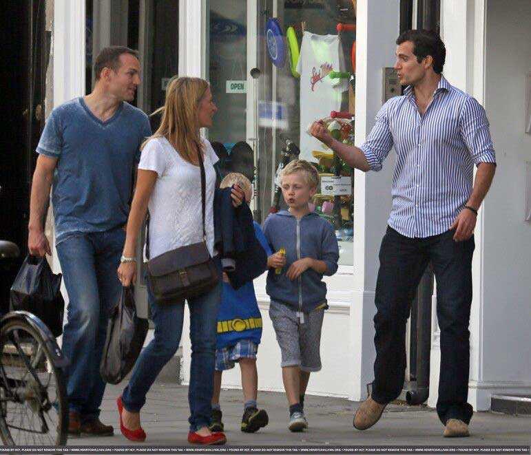 事實是,這是亨利於 2013 年 9 月 7 日與弟弟及其家人在倫敦散步時拍攝的其中一張照片。