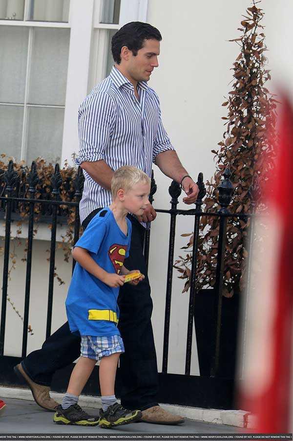 照片看起來好像亨利卡維爾正在送他的侄子上學以證明他的叔叔真的是超人。