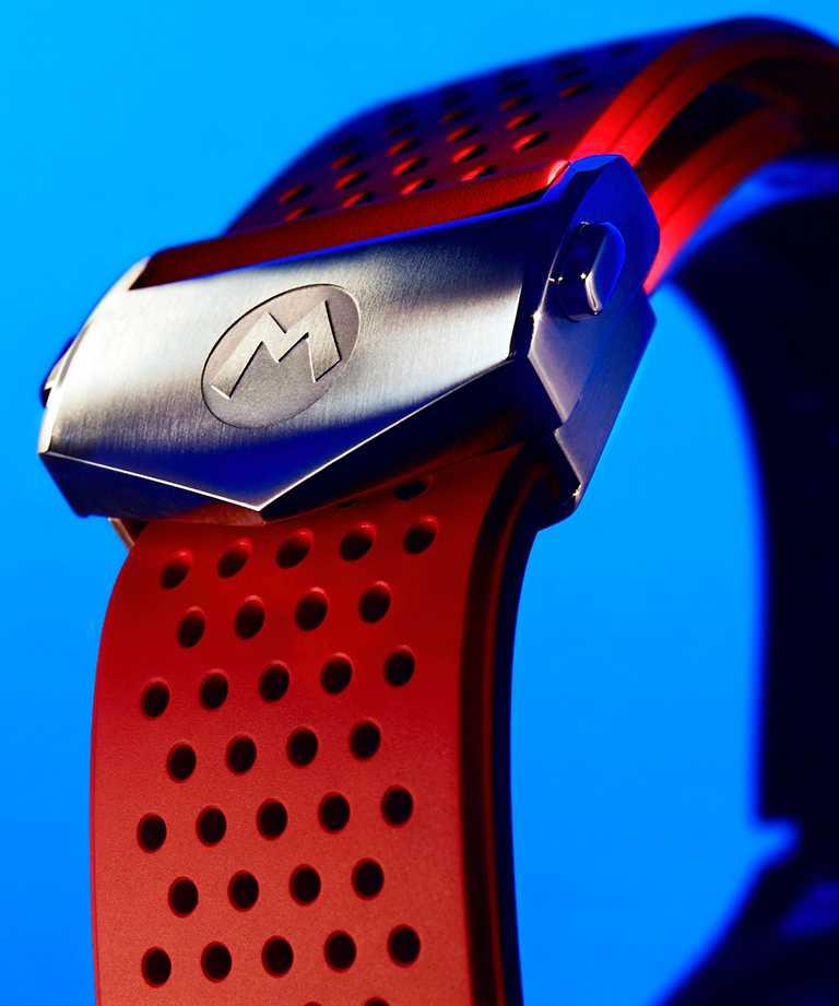 象徵Mario瑪利歐的「M」字標誌,鑄刻於錶帶。(圖╱TAG Heuer提供)