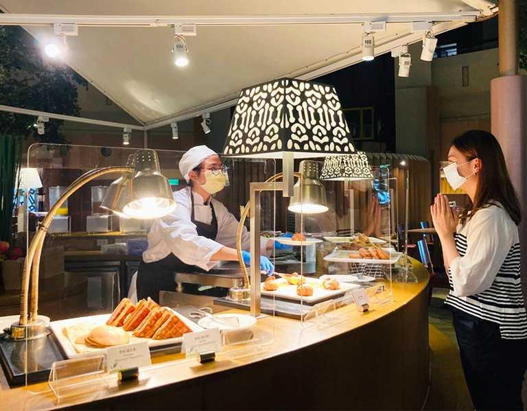 每個開放式餐檯加設透明隔板或食物防護罩,賓客自由挑選菜色,由專人服務以減少接觸。