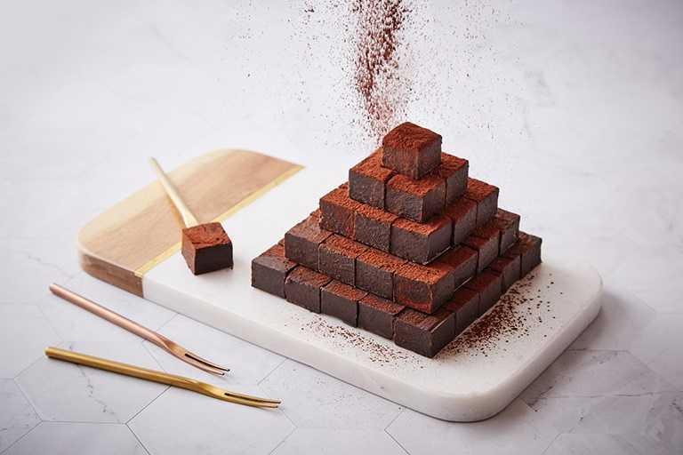 「遠東CAFÉ」繽紛甜點區除手工西點巧克力,還有現作可麗餅。