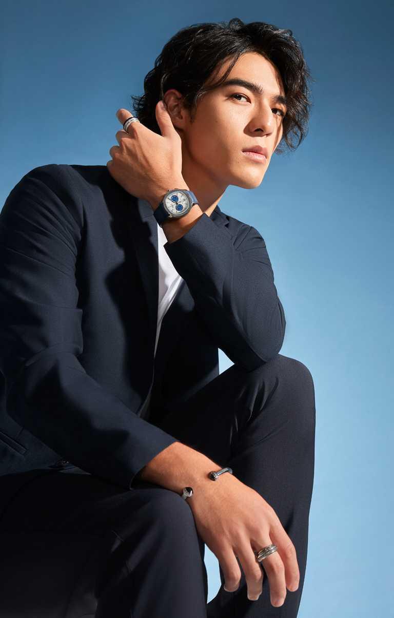 陳昊森身穿夜藍色獵裝,搭配PIAGET「Polo」系列精鋼自動上鍊計時碼錶、及全新「Contrast Capsule」陶瓷作品。(圖╱PIAGET提供)