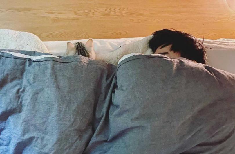 謝和弦每天晚上都一定要跟貓女兒燙燙一起睡覺。(圖/莉婭提供)