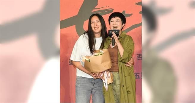 苗可麗舞台劇記者會,17歲女兒送花祝福。(圖/故事工廠)