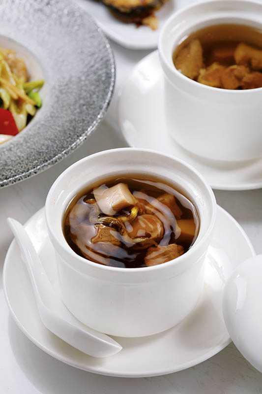 由乾貨螺肉與新鮮螺肉一起細火慢燉的「石斛燉鮮螺頭」,湯頭鮮甜又帶著迷人芬芳。(520元/位)(攝影/于魯光)
