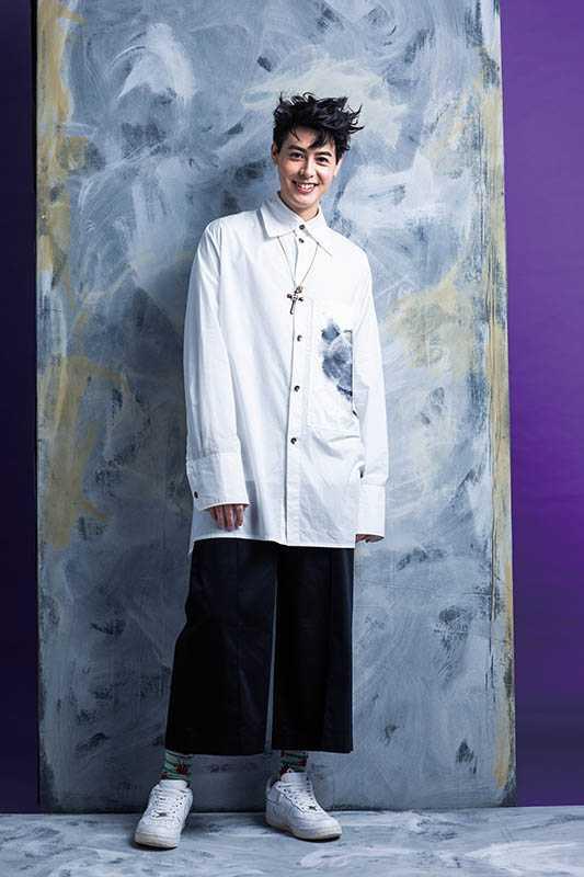 Jolin Wu的長版襯衫有寬大領口和袖口,和Teddy日常穿搭風格很像。(圖/莊立人攝)