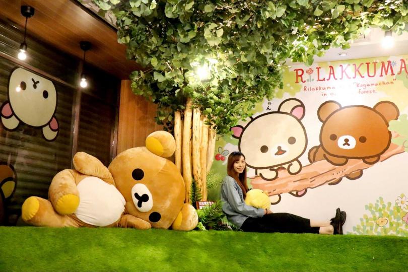 等身大165公分巨型拉拉熊,歡迎大家來合照。(圖/拉拉熊咖啡廳提供)
