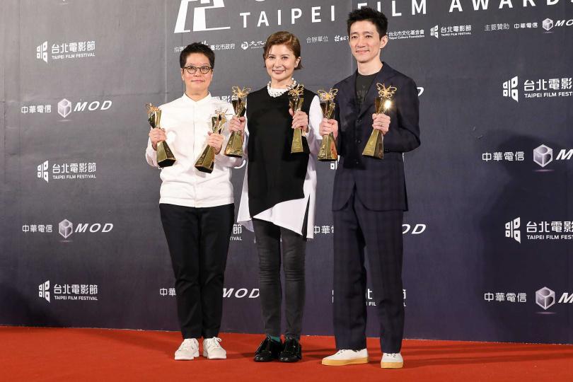 《返校》為本屆最大贏家,《返校》電影監製李耀華(左起)、監製李烈和導演徐漢強開心領獎。(圖/攝影組)