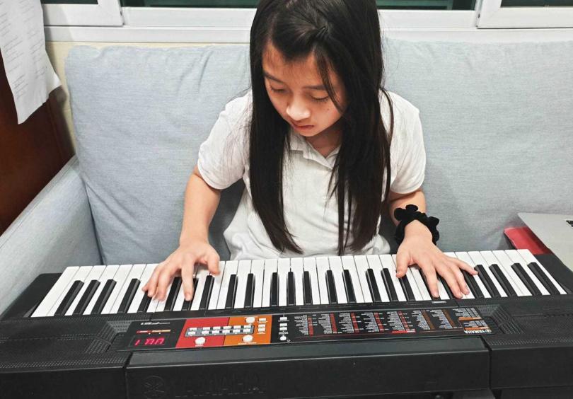 因疫情無法來台宣傳,蓋兒在網路成立泰語小教室和粉絲互動,並展現自彈自唱的超強功力。(圖/量子娛樂提供)