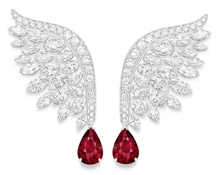 PIAGET「Wings of Light光之羽翼」系列,紅寶石及鑽石頂級珠寶羽翼耳環╱價格電洽。(圖╱PIAGET提供)