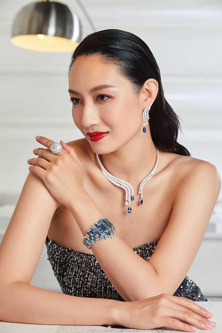 凱渥名模邱馨慧,優雅詮釋PIAGET「Wings of Light光之羽翼」系列頂級珠寶作品:斯里蘭卡藍寶石鑽石項鍊╱21,900,000元;藍寶石頂級珠寶鑽石耳環╱9,750,000元;羽翼鑽石戒指╱6,500,000元;蛋白石及藍寶石頂級珠寶腕錶╱16,800,000元。(圖╱PIAGET提供)