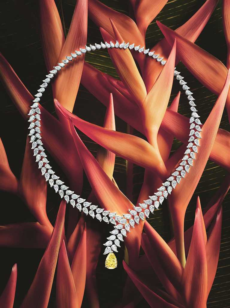 PIAGET「Wings of Light光之羽翼」系列,艷彩黃鑽頂級珠寶蠍尾花項鍊╱價格電洽。(圖╱PIAGET提供)