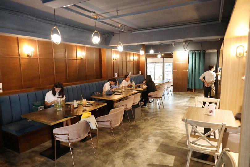 復古裝潢搭配柔和昏暗的燈光,用餐氣氛一點又不像純素餐酒館。