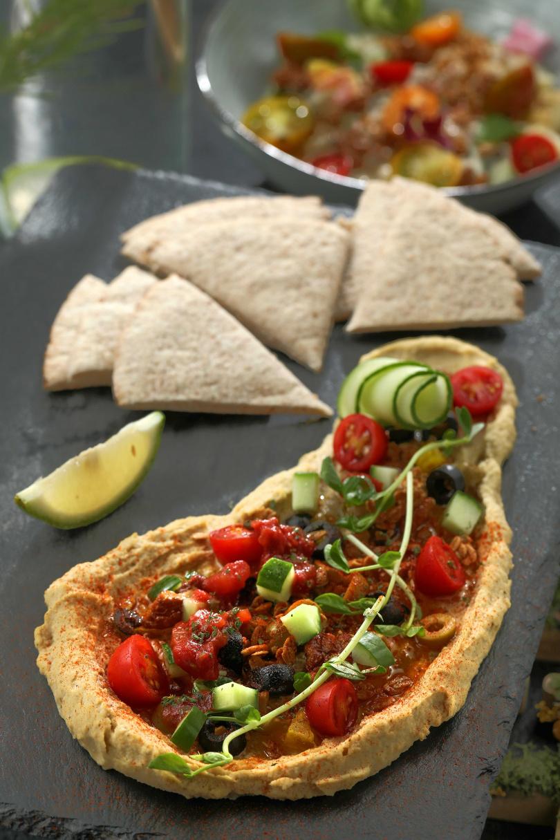 中東風味的「鷹嘴豆泥皮塔餅」,因各式橄欖及果乾讓滋味更加豐富。(280元)