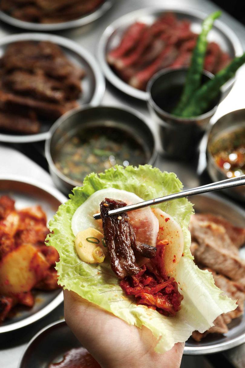 將「牛板腱」烤至三分熟,就能吃到最佳柔嫩風味,還可以搭配蒜片、生菜等一同入口,層次更豐富。(550元/大份)(圖/于魯光攝)
