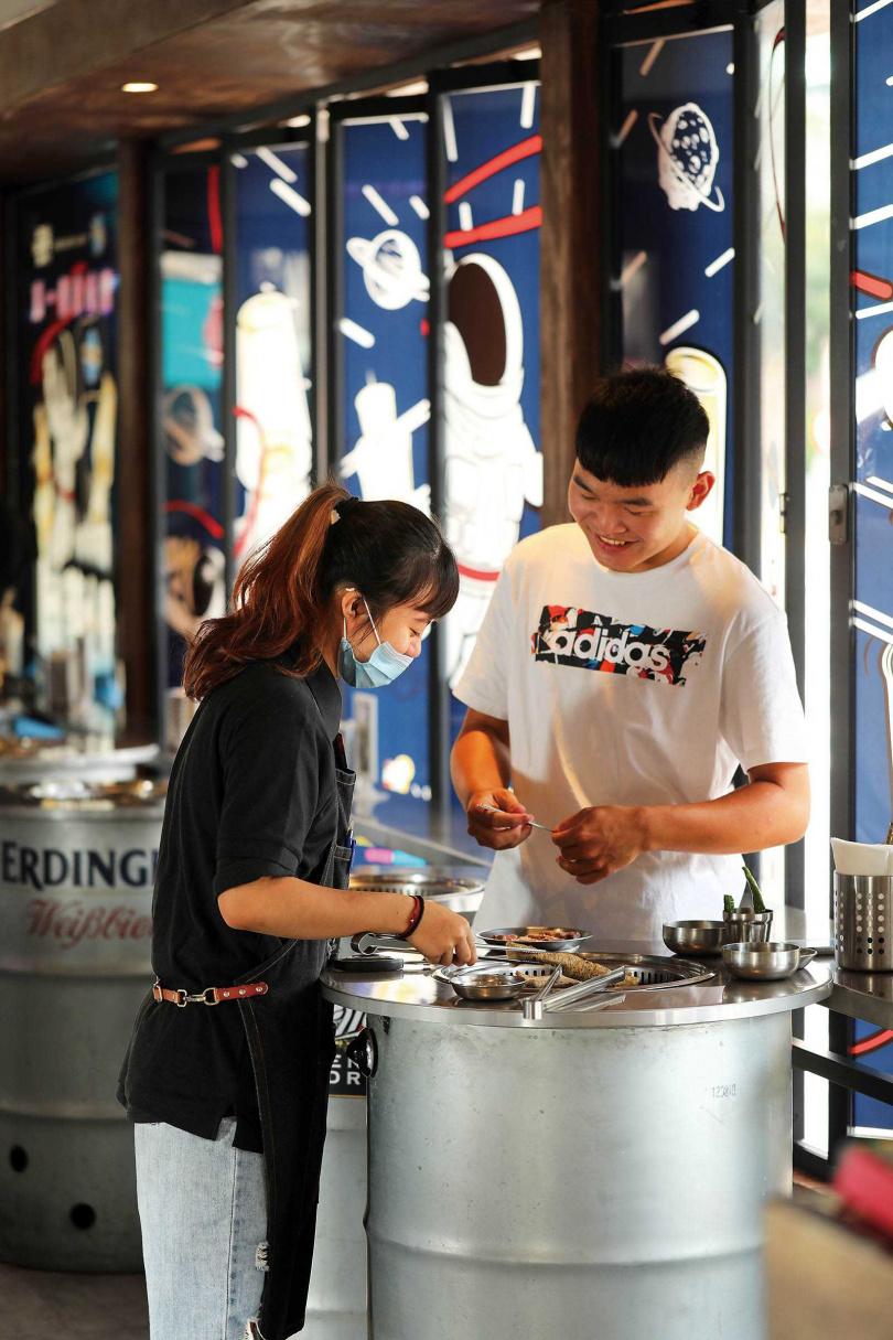 「新村站著吃烤肉」台灣一號店延續韓國本店站著烤、站著吃的特色。(圖/于魯光攝)