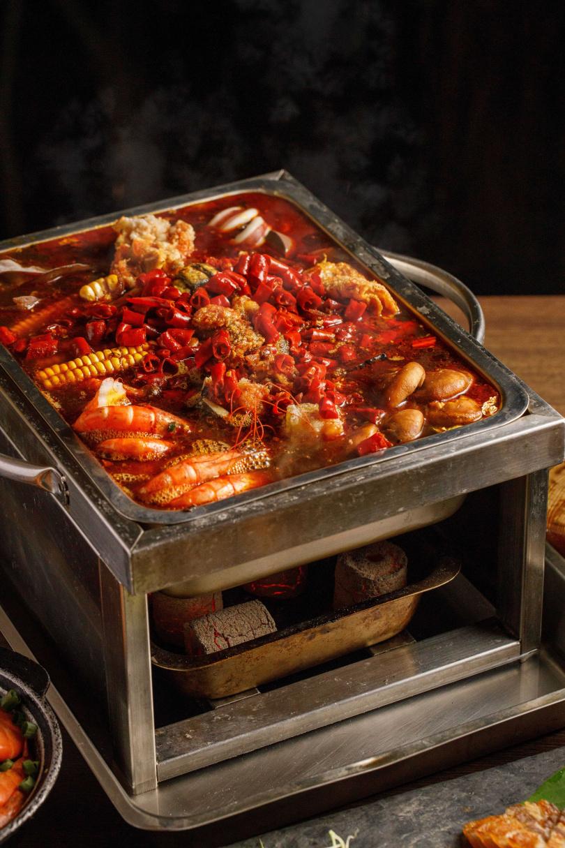 吃起來最過癮的「麻辣鱷魚鍋/烤魚鍋」,主食材可選擇鱷魚肉或七星鱸魚。