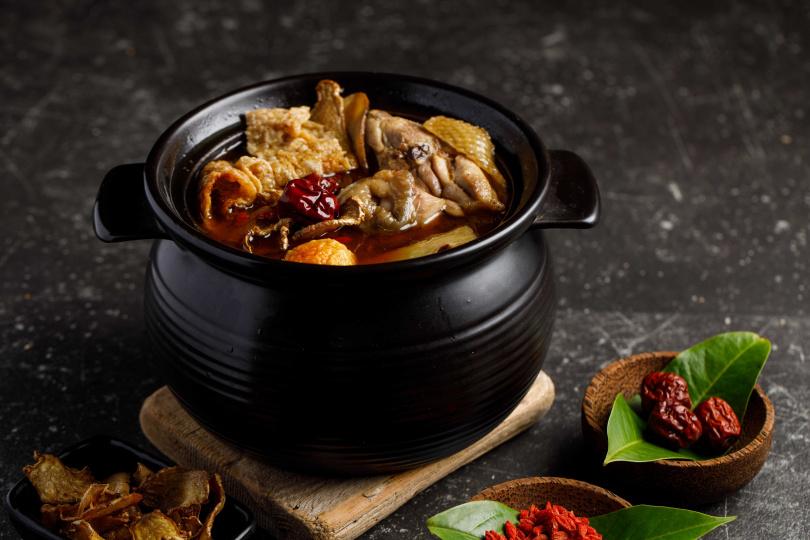 「麻油雞」為冬季進補佳餚,所謂「冬天一冷,十戶九煮」,由此可見在台灣人心中的地位。
