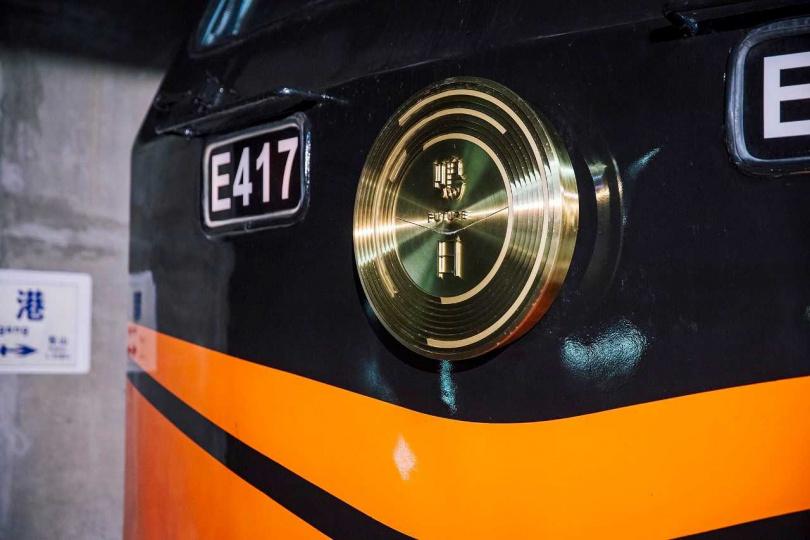 「鳴日號」新設計的車頭牌的V形微笑曲線,是凝聚鳴日號精神的重要象徵。(圖/雄獅旅遊提供)