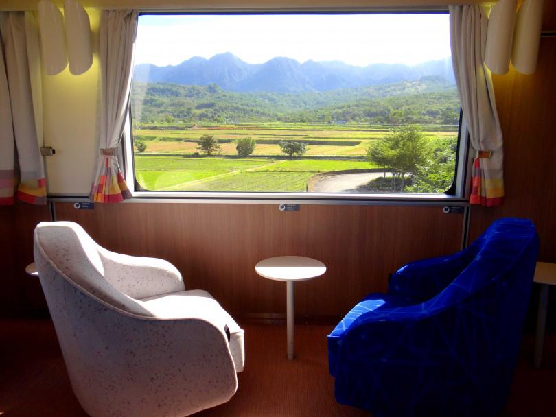 「客廳車廂」共有6個單人沙發座位,能自由轉動賞景。(圖/台鐵局提供)