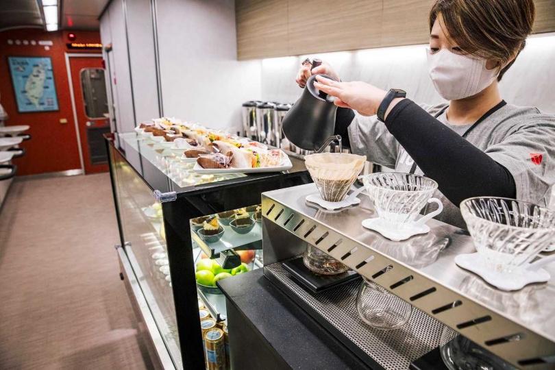 車廂內部餐車提供各式餐飲,可在旅途中可以一邊欣賞風景、品飲咖啡。(圖/雄獅旅遊提供)