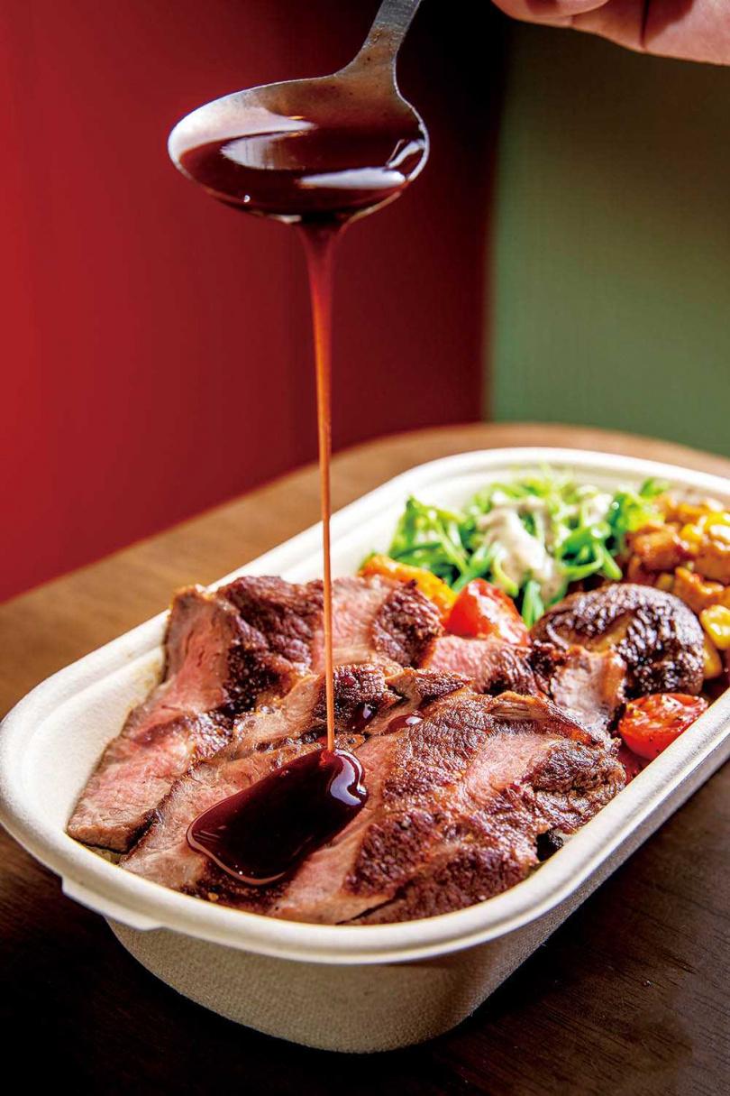 「雞腿排佐松露醬」的牛肉豐厚肉味,與紅酒醬的馥郁酒香是絕妙搭配。(180元)(圖/焦正德攝)
