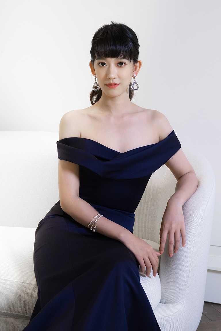 孟耿如佩戴BVLGARI「Divas' Dream」頂級藍寶石與鑽石耳環、「Serpenti Viper」系列鑽石手環,搭配藍色婚宴晚禮服,流露典雅個性。(圖╱BVLGARI提供)