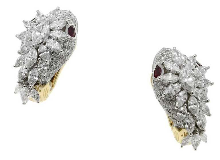 BVLGARI「Serpenti」系列頂級白K金與黃K金鑽石耳環,鑲嵌36顆馬眼形切割鑽石(D-G VVS-VS,總重約4.10 克拉),4顆梨形切割紅寶石(總重約0.54克拉)與密鑲鑽石(D-F IF-VVS,總重約2.88克拉)╱2,550,000元。(圖╱BVLGARI提供)