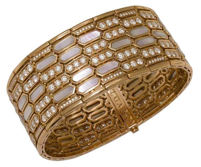 BVLGARI「Serpenti」系列頂級玫瑰金鑽石手環,鑲嵌花式切割珍珠母貝與密鑲鑽石(D-F IF-VVS,總重約8.10克拉)╱3,500,000元。(圖╱BVLGARI提供)