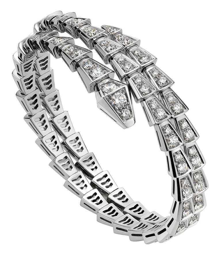 BVLGARI「Serpenti Viper」系列白金鑽石雙圈手環,飾以密鑲鑽石╱1,493,000元。(圖╱BVLGARI提供)