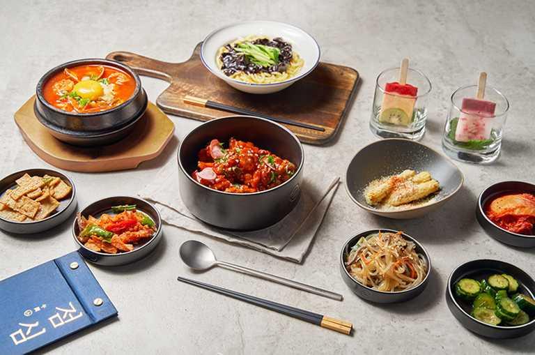 雙人份的「韓食經典雙享餐」。(980元)