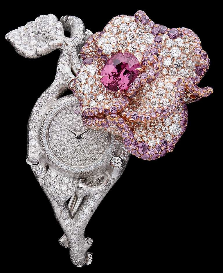 DIOR「Dior Rose」高級珠寶系列,粉紅藍寶石鑽石神秘錶,石英機芯,白K金、玫瑰金、鑽石、紫色石榴石、粉紅藍寶石;主石:3.41克拉橢圓形切割馬達加斯加粉紅藍寶石╱價格未定。(圖╱DIOR提供)