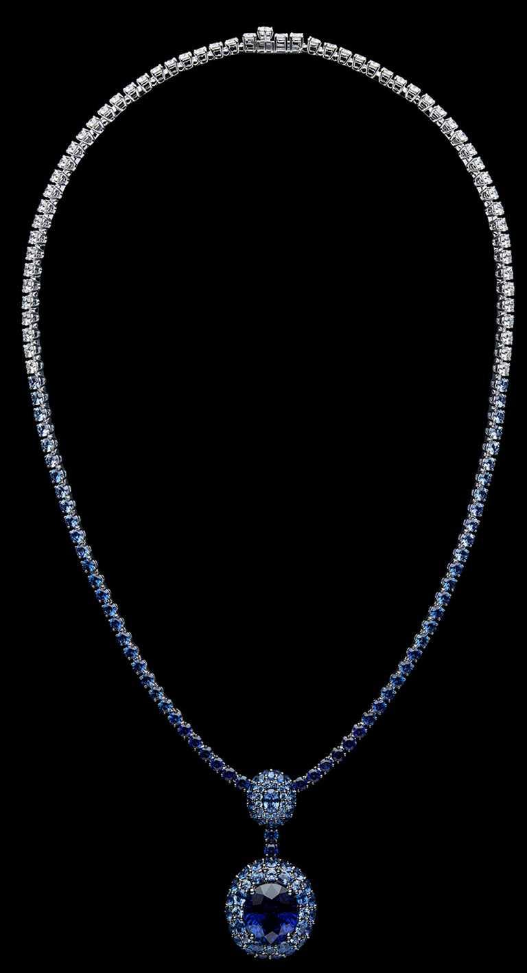 DIOR「Dior Rose」高級珠寶系列,藍寶石項鍊,白K金、鑽石、藍寶石;主石:16.59克拉橢圓形切割斯里蘭卡藍寶石╱61,000,000元。(圖╱DIOR提供)