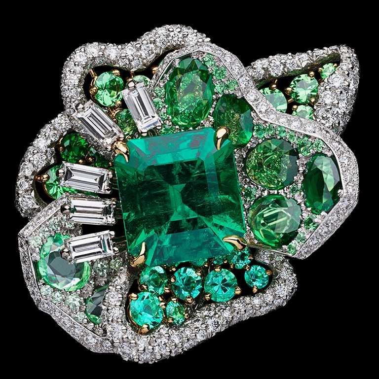DIOR「Dior Rose」高級珠寶系列,祖母綠鑽石戒指,白K金、黃K金、鉑金、鑽石、沙弗萊石、祖母綠;主石:4.04克拉祖母綠切割哥倫比亞祖母綠╱21,000,000元。(圖╱DIOR提供)