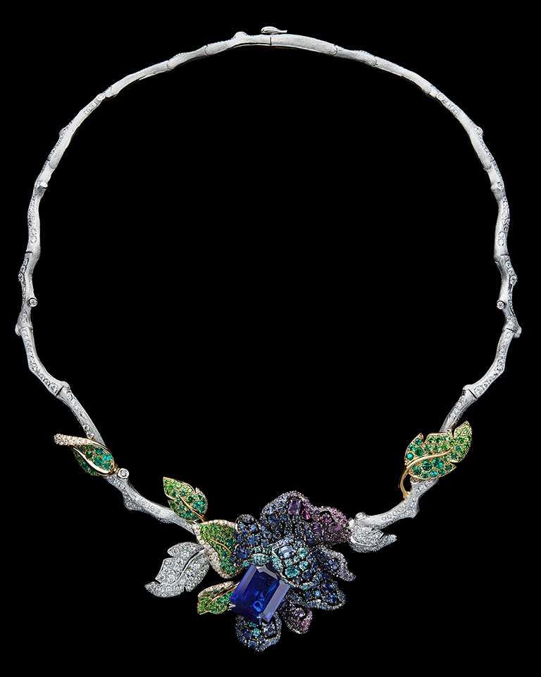 DIOR「Dior Rose」高級珠寶系列,藍寶石項鍊,白K金與黃K金、鑽石、沙弗萊石、祖母綠、紫色藍寶石、玫瑰石榴石、紫水晶、帕拉伊巴等級碧璽、翠榴石、藍寶石;主石:13.94克拉祖母綠切割緬甸藍寶石╱價格未定。(圖╱DIOR提供)