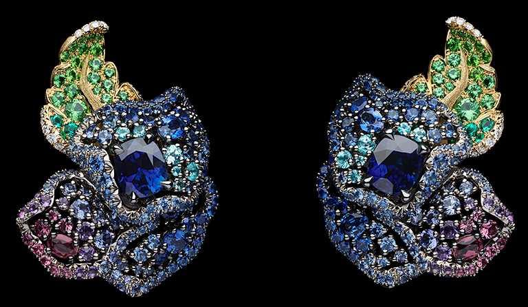 DIOR「Dior Rose」高級珠寶系列,藍寶石耳環,白K金與黃K金、鑽石、沙弗萊石、祖母綠、紫色藍寶石、玫瑰石榴石、紫水晶、帕拉伊巴等級碧璽、翠榴石、藍寶石;主石:1.86克拉與1.92克拉枕型切割緬甸藍寶石╱15,000,000元。(圖╱DIOR提供)