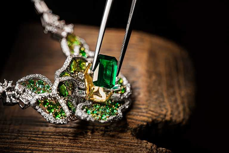 DIOR「Dior Rose」高級珠寶系列,祖母綠鑽石項鍊,白K金、黃K金、鉑金、鑽石、沙弗萊石、祖母綠;主石:3.56克拉祖母綠切割哥倫比亞祖母綠╱30,000,000元。(圖╱DIOR提供)