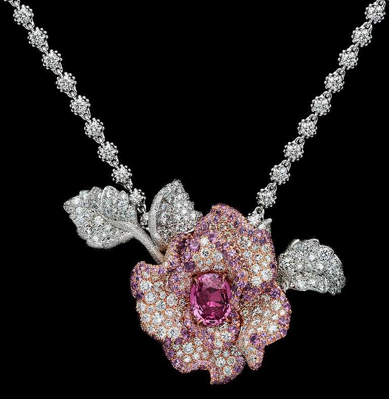 DIOR「Dior Rose」高級珠寶系列,粉紅藍寶鑽石項鍊,白K金、玫瑰金、鑽石、紫色石榴石、粉紅藍寶石;主石:3.75克拉橢圓形切割馬達加斯加粉紅藍寶石╱15,000,000元。(圖╱DIOR提供)