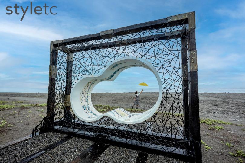 象徵做人處事間的《方圓之間》以圓形與方框,又像畫框般矗立於金崙沙灘上。(圖/焦正德攝)