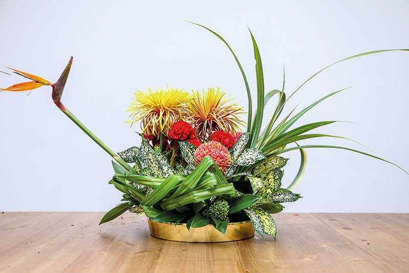 施柏宇和陳敬宣合插一盆花,看得出左右風格迥異。(圖/焦正德攝)