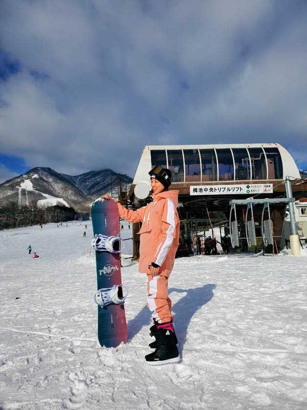 已不是滑雪菜鳥的夏語心,興奮地換上新買的粉色滑雪服。(圖/夏語心經紀人提供)