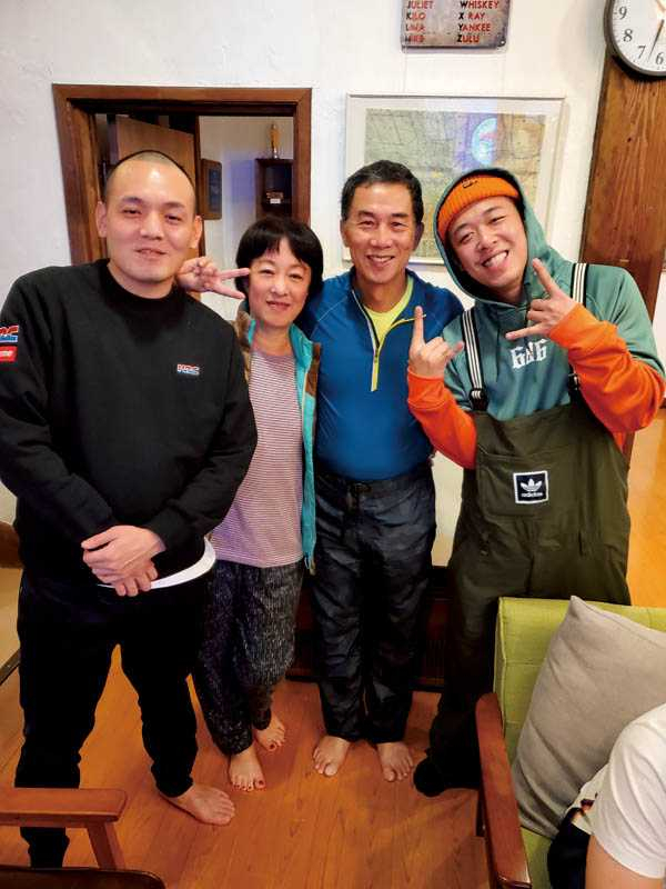 這趟旅程「玖壹壹」的春風、健志也入住同一間民宿,夏語心的爸媽開心與大明星合照。(圖/夏語心經紀人提供)