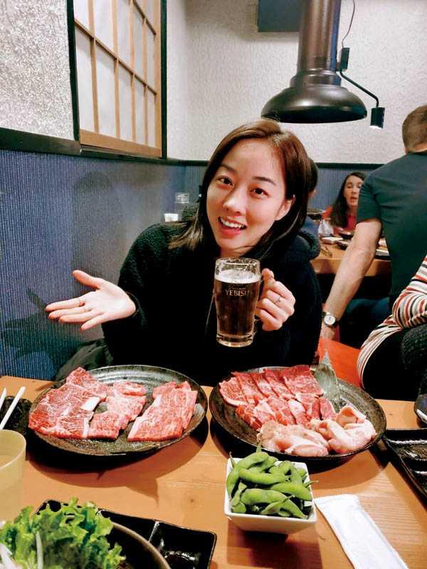 旅程中天天吃和牛配啤酒,夏語心直呼「超爽」。(圖/夏語心經紀人提供)