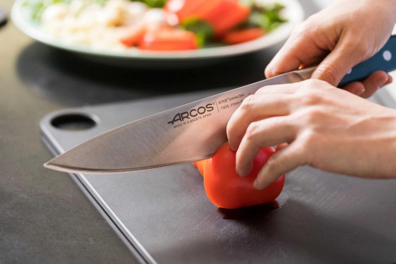要用鋒利的刀才能將大番茄完整漂亮的切開。(圖/ARCOS阿科斯提供)