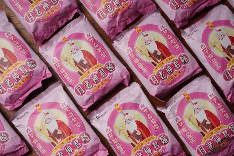 包裝上印著可愛的可愛的Q版月老神君,充滿粉紅泡泡。(圖/滿毅股份有限公司提供)