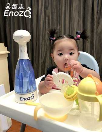 知名歌手黃美珍(瞳)女兒小星對ENOZO易挪走愛不釋手,成為家裡打掃的小小幫手。圖/仰望科技提供。