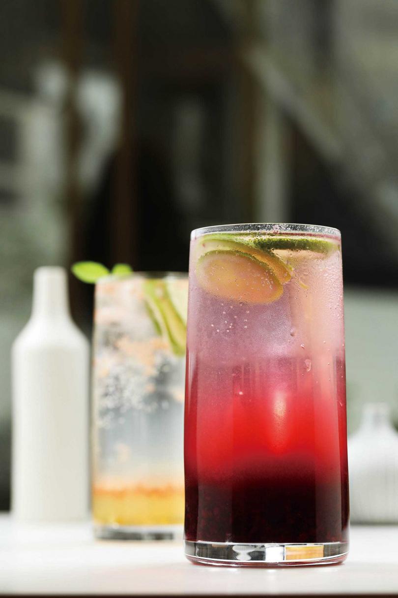 色澤繽紛的「莓果氣泡飲」(前)與「蜜柚氣泡飲」,滋味酸甜清爽。(180元)(圖/于魯光攝)