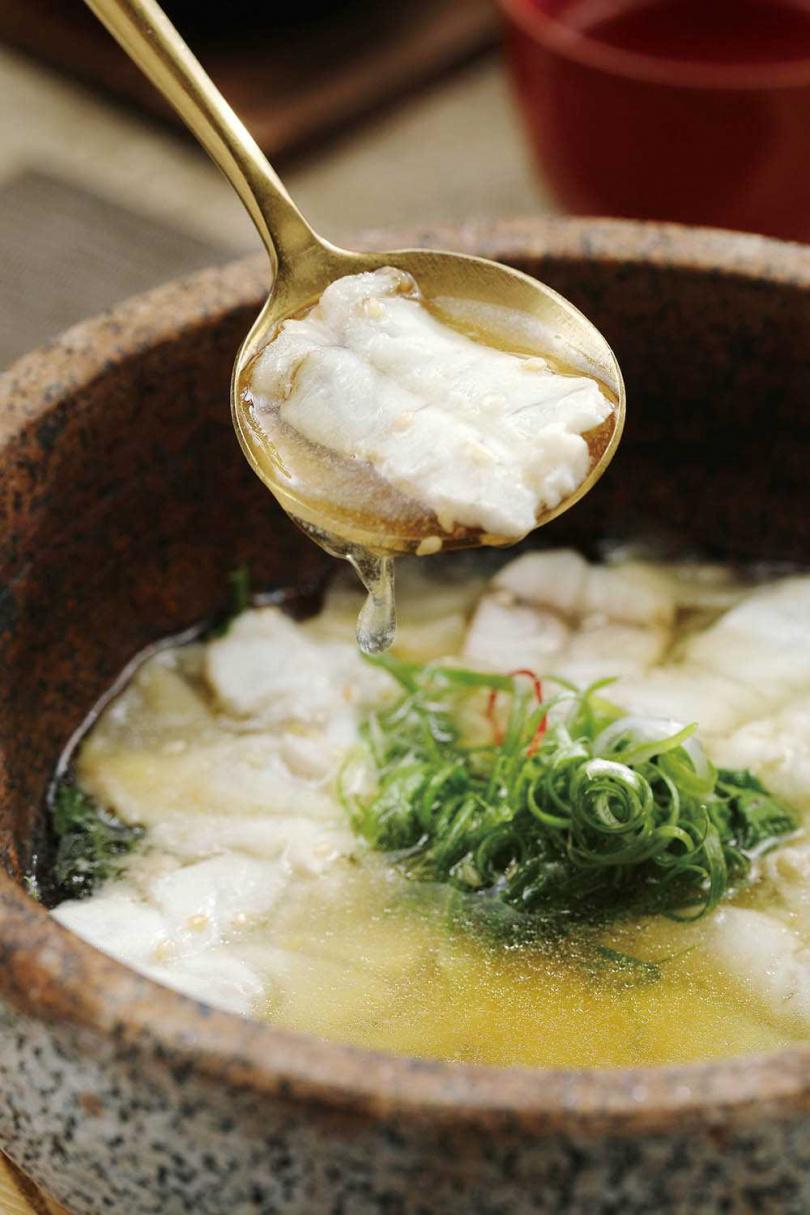 以熱高湯沖熟魚肉的「湯泡鮮魚生」,用西洋菜神來一筆打開記憶味蕾。(420元)(圖/于魯光攝)