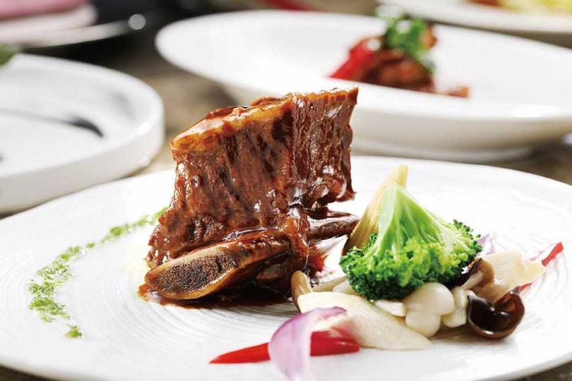 「星蔥牛肋排」完美結合青蔥牛肉香氣,佐以青蔥醬添味,是最受歡迎餐點。(二五八○元「典藏海陸套餐」主菜)(圖/于魯光攝)