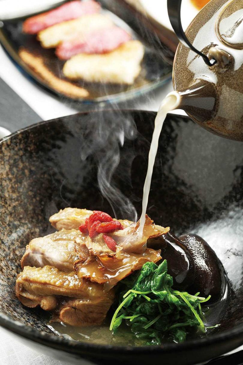 先醃再煎的「麻油雞麵線」,湯頭香腴黏唇,麵線煎得噴香,相當暖身開胃。(680元)(圖/于魯光攝)